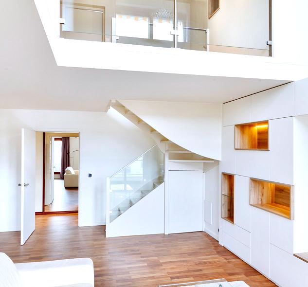 Apartment duplex entièrement rénové. Salon / séjour avec bibliothèque blanche fermée avec niches en bois, garde-corps / balustrades en verre et parquet
