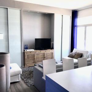 Déco apartement de vacances à Cassis, tons bleus, gris, blancs, bois, sur-mesure.