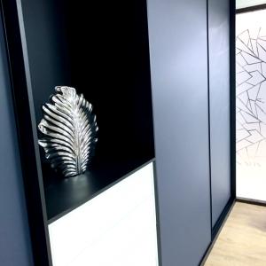 Placard rangement intégré noir. Wall integrated storage / wardrobe, black.